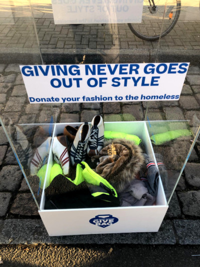 Zeha Berlin donates shoes to the homeless